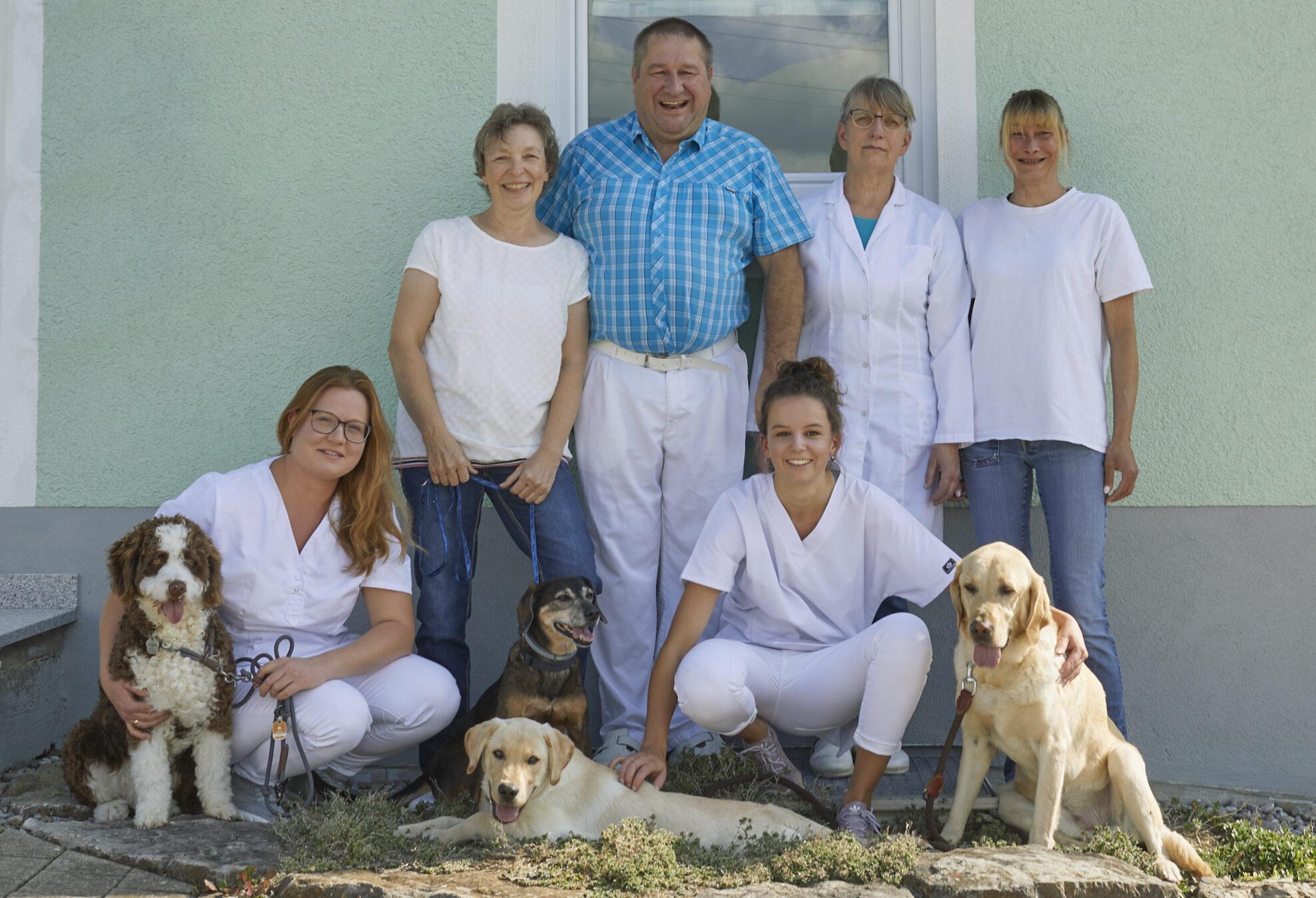 Mit Sorgfalt. Mit Wissen. Mit Erfahrung. Mit Liebe. Das Team der Tierarztpraxis Dr. Gerhard Heim in Scheinfeld.