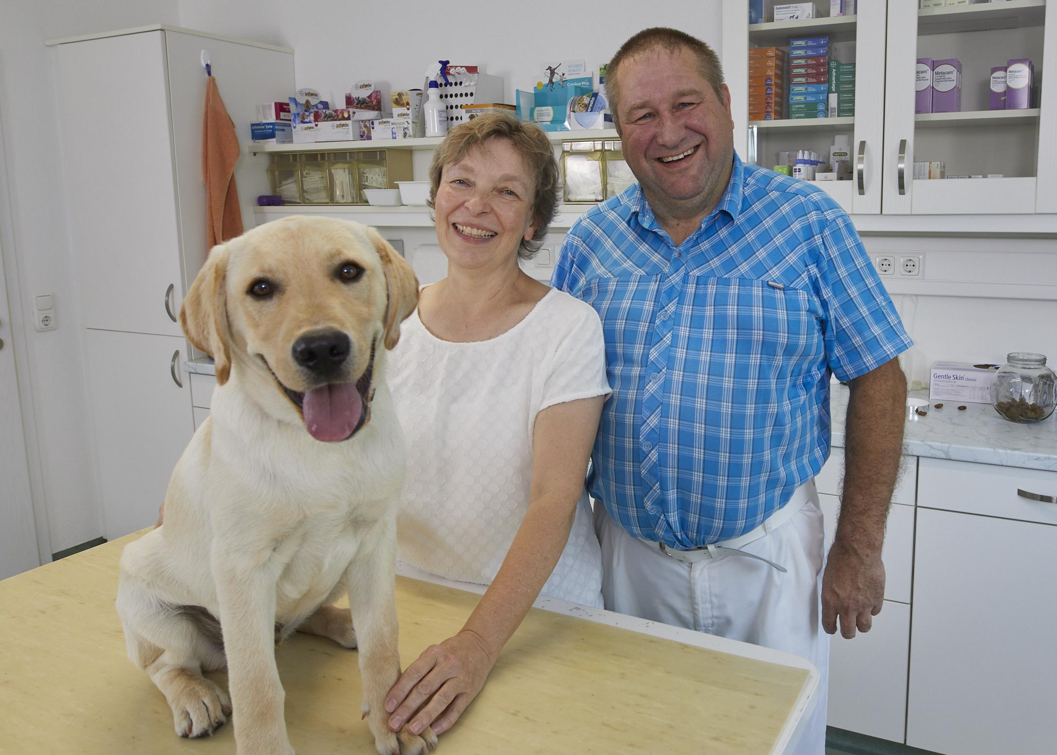 Praxisinhaber Dr. Gerhard Heim mit seiner Frau Silvia Heim in den Praxisräumen.